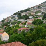 Schönes Dorf an einem steilen Hang.