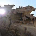 Die salzige Meeresluft verformt das weiche Gestein